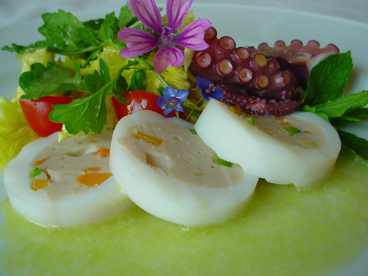 Calamari ripieni di gamberi con insalatine selvatiche