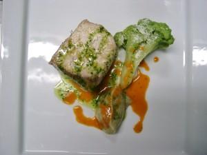 filetto di ricciola cotto nell'olio con broccolo verde e caviale di melanzane