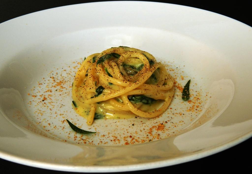 Spaghetti con strigoli,crema d'uovo  e pecorino siciliano