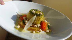 Sformato-di-patate-in-farcia-di-lenticchie-e-tofu-con-fonduta-di-cipolle-al-rosmarino