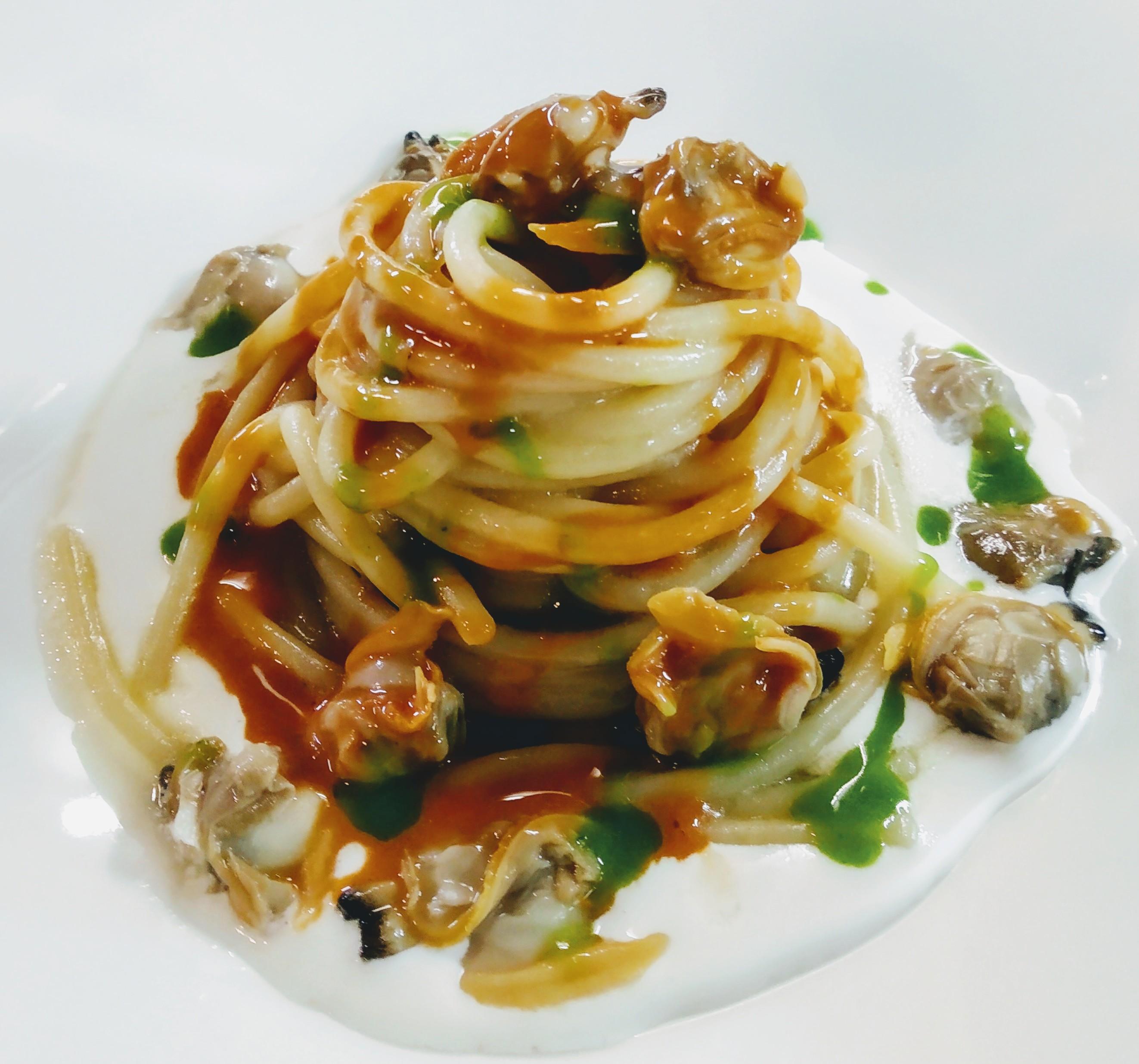 Spaghetti Gentile  su crema di mandorle allo zenzero,vongole nude e uova di ricci di mare al limone